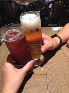 女性,カップル,ネイル,女,男,テーブル,人物,人,グラス,ビール,カクテル,乾杯,ドリンク,飲み屋,デート,居酒屋,ジョッキ,アルコール,打ち上げ,酎ハイ,ソフトド リンク