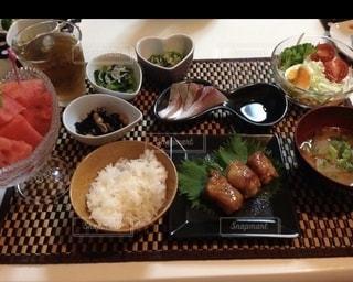 皿はテーブルの上に異なる種類の食べ物で満たされているの写真・画像素材[2763169]