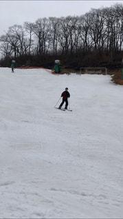 雪に覆われた斜面を滑るスキーヤーの写真・画像素材[2973306]