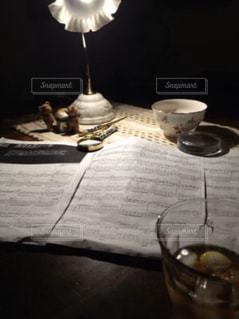 楽譜とウィスキーの写真・画像素材[2909577]