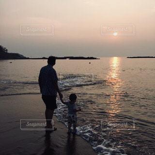 海,親子,波,子供,浜辺,夕陽,フィルム,男の子,日暮れ,フィルム写真,映り込み,夕焼,フィルムフォト