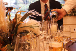 男性,春,ドライフラワー,結婚式,テーブル,ワイン,グラス,ビール,お祝い,乾杯,ドリンク,華やか,友人,スーツ,冠婚葬祭,パンパス