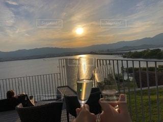 夕日,カップル,夕暮れ,夕方,ワイン,グラス,乾杯,夕陽,ドリンク,琵琶湖,白ワイン,ワイングラス,カンパイ