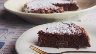 皿の上のチョコレートケーキの写真・画像素材[2737199]
