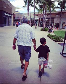 おじいちゃんと僕の写真・画像素材[2457895]