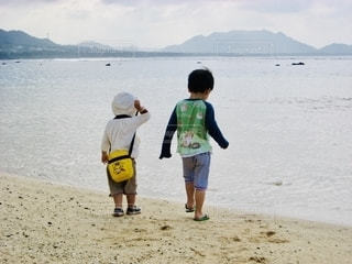 海を眺める幼な子たちの写真・画像素材[2572094]