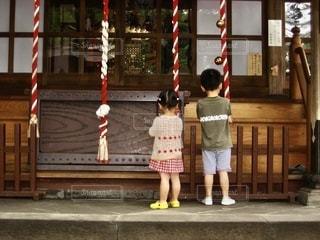 神社でお参りの写真・画像素材[2581260]
