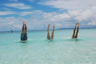 水域で泳ぐ人々のグループの写真・画像素材[2456535]