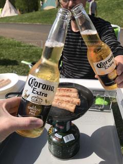 2人,屋外,瓶,リラックス,グラス,ビール,キャンプ,乾杯,野外,ドリンク,コロナ,瓶ビール,手元,カンパイ,corona