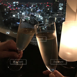 2人,夜景,屋内,ワイン,グラス,乾杯,バー,ドリンク,シャンパン,BAR,デート,アルコール,白ワイン,手元,カンパイ