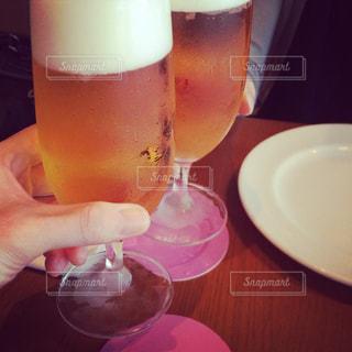 2人,テーブル,グラス,ビール,乾杯,ドリンク,アルコール,生ビール,手元,友人,カンパイ