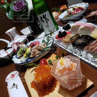 テーブルの上のおせち料理の写真・画像素材[2873120]
