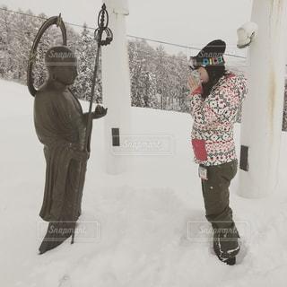女性,1人,アウトドア,スポーツ,雪,人物,人,立つ,ゲレンデ,レジャー,お地蔵さん,祈る