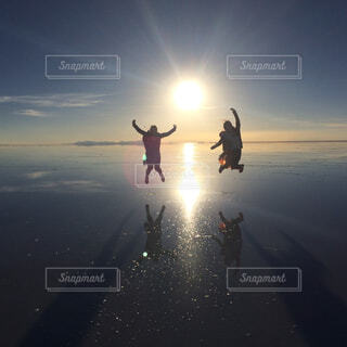 ウユニ塩湖でジャンプ!の写真・画像素材[4335070]