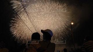 花火を背景にの写真・画像素材[2460338]
