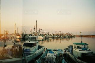 海,夕焼け,夕暮れ,船,漁船,漁港,フィルム,サンセット,たそがれ,フィルム写真,フィルムフォト