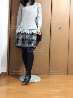部屋に立っている女性の写真・画像素材[2707026]