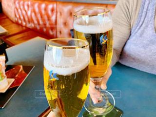 女性,家族,2人,飲み物,ランチ,屋内,テーブル,人物,人,イベント,空港,ボトル,グラス,ビール,カップ,レストラン,ドイツ,カクテル,乾杯,ドリンク,パーティー,酒,アルコール,手元,フランクフルト,ドイツビール,ソフトド リンク