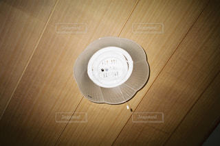 テーブルの上の白いボウルの写真・画像素材[1214431]