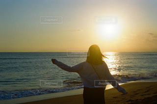 海,冬,夕日,砂浜,海岸,日光,シルエット,女の子,レトロ,人,高校生,夕陽,ナチュラル,フィルム,サンセット,雰囲気,カラー,自然光,フィルム写真,フォトジェニック,フィルムフォト