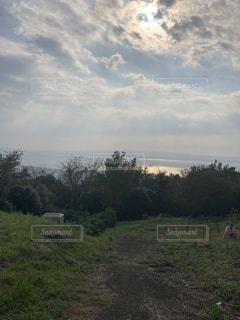 緑の野原の上空の雲の群しの写真・画像素材[2456034]