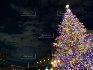 夜にライトアップされた都市の写真・画像素材[2839637]