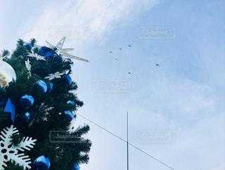 クリスマスツリーとヘリコプターの写真・画像素材[2849386]