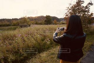 野原に立っている人の写真・画像素材[2892501]