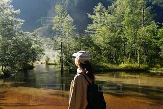 山の中を歩いている人の写真・画像素材[3155119]