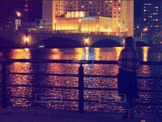 夜景とストールを羽織る女性の写真・画像素材[3806077]