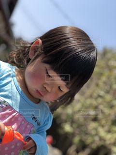 青いシャツを着た小さな女の子の写真・画像素材[2465304]