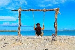 砂浜の上に立っている人の写真・画像素材[4553036]