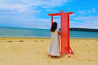 浜辺に立っている人の写真・画像素材[4596577]