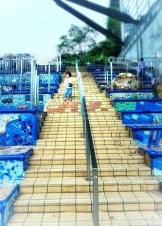 階段を降りる少女の写真・画像素材[2769893]