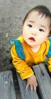 マスタードカラーの服の幼児の写真・画像素材[2779117]