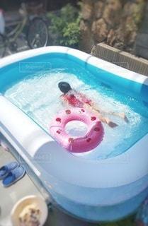 女の子が泳ぐプールの写真・画像素材[3563970]