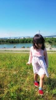春風の中の川辺の散歩の写真・画像素材[4215222]