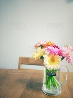 テーブルの上のガーベラの写真・画像素材[4643783]