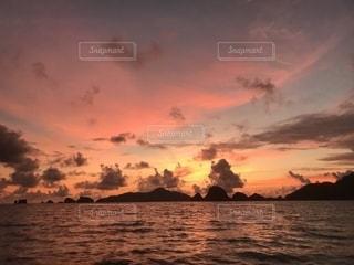 夕焼けと海の写真・画像素材[2469018]