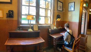 家具と大きな窓で満たされた部屋の写真・画像素材[2501092]