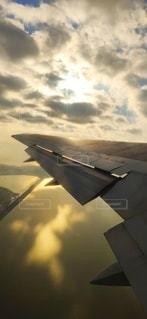 夕方の飛行機の写真・画像素材[2862848]