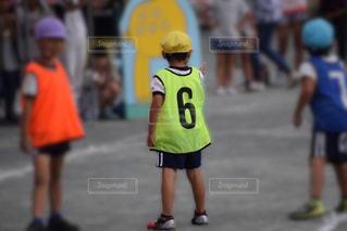 リレー・バトンを待つ・男の子の写真・画像素材[2483384]