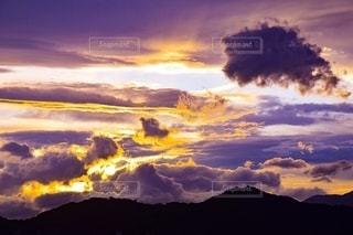 雲の隙間からの太陽の光の写真・画像素材[2624904]