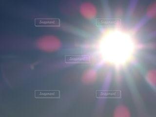 眩しい朝の太陽の写真・画像素材[2646203]