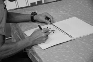 筆で文字を書く人の写真・画像素材[2759852]