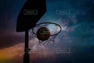 夜空を背景にしたバスケットボールのフープのクローズアップの写真・画像素材[3372314]