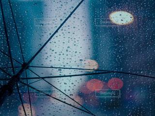傘越しの街明かりの写真・画像素材[3682505]