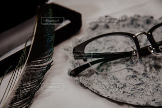 器の上に乗せた眼鏡の写真・画像素材[3771184]