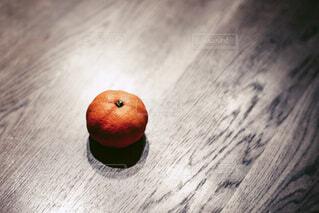 テーブルの上に置かれたミカンの写真・画像素材[3887817]