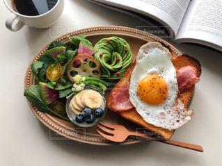 テーブルの上の食べ物の皿の写真・画像素材[2503324]